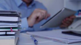 Θολωμένη εικόνα με τον επιχειρηματία χρησιμοποιώντας την ταμπλέτα και έχοντας πρόσβαση στις πληροφορίες δικτύων απόθεμα βίντεο