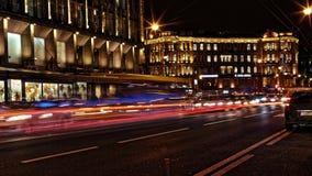 Θολωμένη κυκλοφορία νύχτας Ελαφριά ίχνη στο δρόμο τη νύχτα στην προοπτική Kamennoostrovskiy στην Άγιος-Πετρούπολη, Ρωσία Στοκ Φωτογραφία