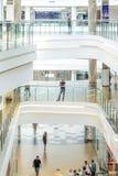 θολωμένη προσώπων γενική εσωτερική όψη αγορών λεωφόρων λόμπι βασική Στοκ Εικόνα