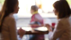 Θολωμένη σκιαγραφία δύο γυναίκες που μιλούν στον καφέ φιλμ μικρού μήκους