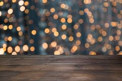 Θολωμένη χρυσή γιρλάντα και ξύλινο tabletop ως πρώτο πλάνο Εικόνα για την επίδειξη ή montage τα προϊόντα Χριστουγέννων σας Στοκ φωτογραφίες με δικαίωμα ελεύθερης χρήσης