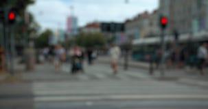 Θολωμένοι άνθρωποι και τραμ σε έναν σταυρό οδών στο κεντρικό Γκέτεμπουργκ απόθεμα βίντεο