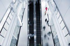 Θολωμένοι κίνηση άνθρωποι στα σκαλοπάτια στοκ φωτογραφία