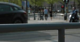 Θολωμένοι κυκλοφορία και άνθρωποι που περπατούν σε μια γέφυρα στην κεντρική Στοκχόλμη σε ένα ηλιόλουστο απόγευμα Σε αργή κίνηση π απόθεμα βίντεο