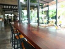 Θολωμένοι πίνακας και καρέκλες μέσα στο εστιατόριο της Ταϊλάνδης Στοκ φωτογραφίες με δικαίωμα ελεύθερης χρήσης