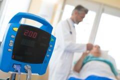 Θολωμένος - ο αρσενικός γιατρός παίρνει τον ασθενή προσοχής στο νοσοκομείο Στοκ Εικόνες