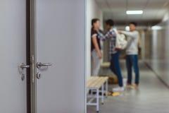 θολωμένος πυροβολισμός του φοβέρας του μαθητή από τους συμμαθητές στο σχολικό διάδρομο στοκ εικόνες με δικαίωμα ελεύθερης χρήσης