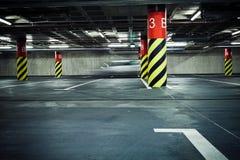 θολωμένος χώρος στάθμευσης γκαράζ υπόγεια Στοκ Εικόνες