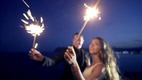 Θολωμένος newlyweds στο υπόβαθρο με τα φω'τα σπινθηρίσματος απόθεμα βίντεο
