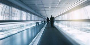 Θολωμένος skywalk με τους κατόχους διαρκούς εισιτήριου Στοκ Εικόνα