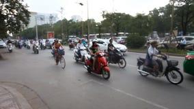 Θολωμένο ασιατικό μήκος σε πόδηα κυκλοφορίας Μεταφορά πόλεων, κίνηση χάους οδών απόθεμα βίντεο