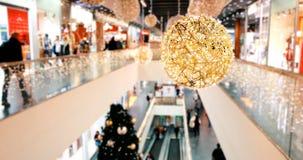 Θολωμένο εμπορικό κέντρο Χριστουγέννων στις μεγάλες μαύρες πωλήσεις Παρασκευής απόθεμα βίντεο