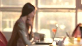 Θολωμένο θηλυκό χρησιμοποιώντας lap-top, υπόβαθρο για τη διαμόρφωση απόθεμα βίντεο