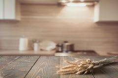 Θολωμένο και αφηρημένο υπόβαθρο κουζινών Ξύλινο tabletop με το σίτο και η σύγχρονη κουζίνα για την επίδειξη τα προϊόντα σας στοκ εικόνα με δικαίωμα ελεύθερης χρήσης