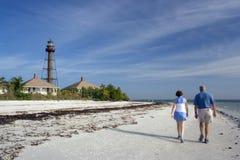 θολωμένο παραλία ζεύγος που περπατά κάτω στοκ εικόνες