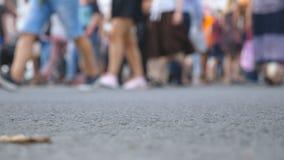 Θολωμένο πλήθος των ανθρώπων που περπατούν μέσα κεντρικός Unrecognizable διάβαση πεζών περάσματος πεζών στην πόλη lifestyle urban απόθεμα βίντεο