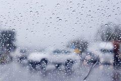 Θολωμένο υπόβαθρο αυτοκίνητο στην οδό Κοίταγμα μέσω του παραθύρου στο εξωτερικό ημέρα βροχερή Στοκ φωτογραφία με δικαίωμα ελεύθερης χρήσης