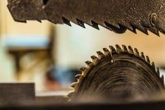 Θολωμένο υπόβαθρο με την ηλεκτρική κυκλική κινηματογράφηση σε πρώτο πλάνο πριονιών δίσκων Πριονίζοντας μηχανή ξυλουργικής Στοκ φωτογραφία με δικαίωμα ελεύθερης χρήσης