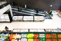Θολωμένο υπόβαθρο μιας υπεραγοράς στο τμήμα φρούτων και λαχανικών στοκ φωτογραφία