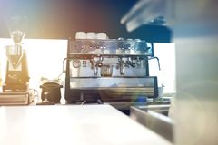 Θολωμένο υπόβαθρο: Οι ομάδες μαγειρέματος αρχιμαγείρων στην ανοικτή κουζίνα, πελάτης μπορούν να τους δουν στο μετρητή τροφίμων, π στοκ φωτογραφία