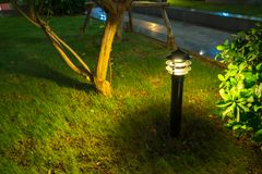 Θολωμένο φως διακοσμήσεων πυράκτωσης κήπων στο πάρκο τη νύχτα Στοκ Εικόνες