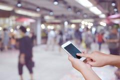 Θολωμένα φωτογραφία και smartphone στους ανθρώπους στη λεωφόρο αγορών με το bok Στοκ Εικόνες