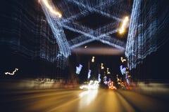 Θολωμένα φω'τα του διακοσμητικού φωτισμού νύχτας στη γέφυρα Στοκ Φωτογραφία