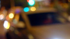 Θολωμένα φω'τα Defocused της κυκλοφορίας σε έναν δρόμο πόλεων απόθεμα βίντεο
