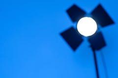 Θολωμένες περιλήψεις του φωτισμού monoblock στο μπλε υπόβαθρο στοκ φωτογραφίες
