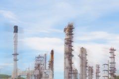 Θολωμένη βιομηχανία εργοστασίων πετρελαίου και εγκαταστάσεων καθαρισμού για το υπόβαθρο Στοκ Εικόνα
