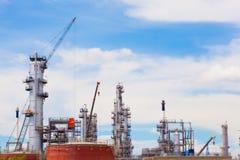 Θολωμένη βιομηχανία εργοστασίων πετρελαίου και εγκαταστάσεων καθαρισμού για το υπόβαθρο Στοκ Εικόνες