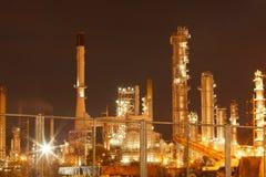 Θολωμένη βιομηχανία εργοστασίων πετρελαίου και εγκαταστάσεων καθαρισμού για το υπόβαθρο Στοκ φωτογραφίες με δικαίωμα ελεύθερης χρήσης