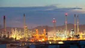 Θολωμένη βιομηχανία εργοστασίων πετρελαίου και εγκαταστάσεων καθαρισμού για το υπόβαθρο Στοκ Φωτογραφίες