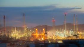 Θολωμένη βιομηχανία εργοστασίων πετρελαίου και εγκαταστάσεων καθαρισμού για το υπόβαθρο Στοκ εικόνες με δικαίωμα ελεύθερης χρήσης