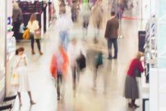 Θολωμένη περίληψη εικόνα της λεωφόρου αγορών, άνθρωποι σε μια αίθουσα έκθεσης Για το υπόβαθρο, σκηνικό στοκ εικόνα