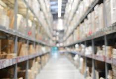 Θολωμένη περίληψη εικόνα υποβάθρου του ραφιού στην αποθήκη εμπορευμάτων ή το κατάστημα Στοκ εικόνα με δικαίωμα ελεύθερης χρήσης