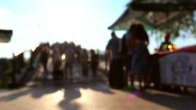 Θολωμένοι επισκέπτες και άνθρωποι πάρκων που αγοράζουν το παγωτό στο στάβλο 4k πυροβολισμός απόθεμα βίντεο
