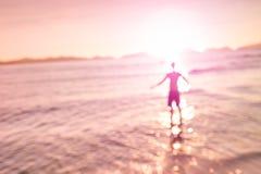 Θολωμένος η σκιαγραφία του ατόμου που στέκεται στην παραλία Στοκ εικόνες με δικαίωμα ελεύθερης χρήσης