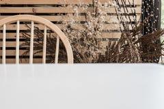 Θολωμένος πίνακας με το ξηρό διακοσμημένο δέντρο Στοκ φωτογραφία με δικαίωμα ελεύθερης χρήσης