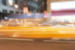 Θολωμένος στα κίτρινα φω'τα αυτοκινήτων κινήσεων Στοκ Εικόνες