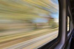 Θολωμένο αφηρημένο τοπίο από το παράθυρο τραίνων Στοκ Φωτογραφίες