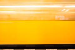 Θολωμένο κινούμενο κίτρινο τραίνο Στοκ Εικόνες