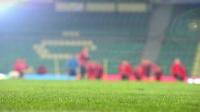 Θολωμένο μήκος σε πόδηα μιας ομάδας ποδοσφαίρου που θερμαίνει πριν από μια αντιστοιχία απόθεμα βίντεο