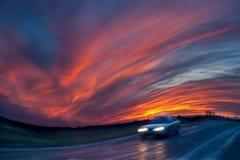 Θολωμένο ταξίδι αυτοκινήτων στο δρόμο στο ηλιοβασίλεμα Στοκ φωτογραφία με δικαίωμα ελεύθερης χρήσης