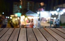 Θολωμένο φεστιβάλ πινάκων και τροφίμων εικόνας ξύλινο τη νύχτα με το bokeh β Στοκ φωτογραφία με δικαίωμα ελεύθερης χρήσης