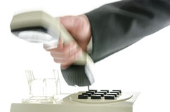 Θολωμένο χέρι που κλείνει το τηλέφωνο το ακουστικό τηλεφώνου Στοκ Εικόνες