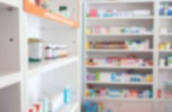 Θολώστε μερικά ράφια του φαρμάκου στο φαρμακείο στοκ φωτογραφία με δικαίωμα ελεύθερης χρήσης