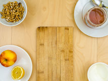 Θρεπτικά υγιή συστατικά γύρω από τον πίνακα, το μήλο, το τυρί, τα ξύλα καρυδιάς και το μέλι Στοκ Εικόνες