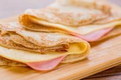 θρεπτικές τηγανίτες ζαμπόν τροφίμων τυριών νόστιμες Στοκ φωτογραφία με δικαίωμα ελεύθερης χρήσης