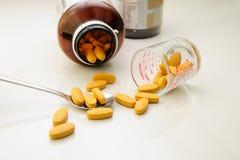 Θρεπτικό συμπλήρωμα (χάπια) στο κουτάλι και τα εμπορευματοκιβώτια στοκ εικόνες